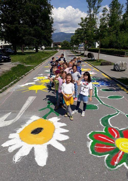 """Im Rahmen des Wettbewerbs """"Blühende Straßen"""" werden die grauen Straßenflächen vor Schulen und Kindergärten mit bunten Malereien verziert. VLK"""