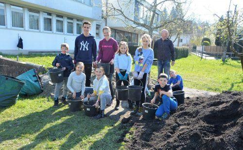 """In Gemeinschaft mit Pfarre, Schule und """"Essbare Stadt"""" kam das Projekt """"Beeren-Nasch-Garten"""" auf die Füße.EH (3)"""
