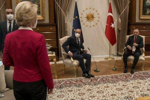 Für Michel und Erdogan standen Stühle bereit, von der Leyen musste auf dem Sofa sitzen. AFP PHOTO /TURKISH PRESIDENTIAL PRESS SERVICE