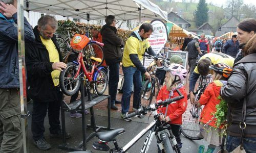 Integra bringt am Wolfurter Wochenmarkt Fahrräder auf Hochglanz.MG Wolfurt