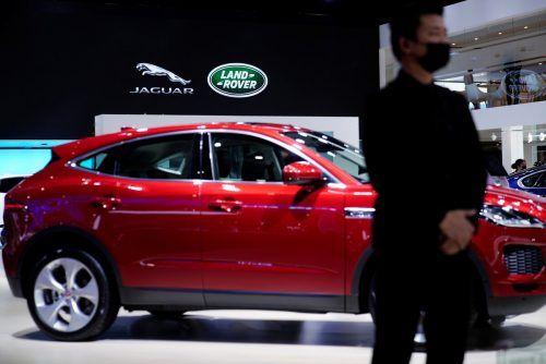Jaguar setzt wegen Chip-Mangel Produktion teilweise aus. reuters