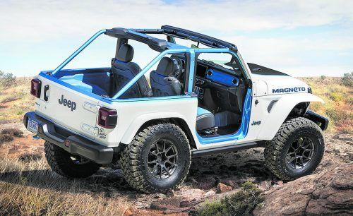 Jeep zeigt mit dem Magneto die Studie eines Elektro-Geländewagens. Anders als viele Konkurrenzmodelle hält der Offroad-Stromer an der klassischen Allrad-Mechanik fest. Statt einfach einen E-Motor an jede Achse zu setzen, verfügt der Jeep weiterhin über Verteiler- und Untersetzungs-Getriebe. Der Elektroantrieb sitzt am Platz, den sonst der Verbrenner einnimmt und bietet mit 285 PS auch exakt die gleiche Leistung.
