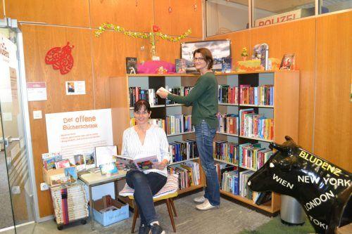 Julia Micheli (sitzend) und Anna Duschlbauer sind voller Engagement beim Offenen Bücherschrank dabei.