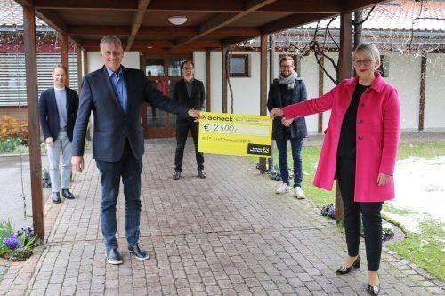 Kinderdorf-GF Christoph Hackspiel freut sich über solidarisches Zeichen der Mitmenschlichkeit von Sabine Scheffknecht und ihren Abgeordnetenkollegen.VN