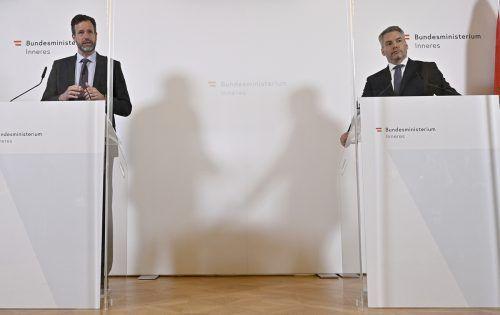 Kriminalamtsdirektor Andreas Holzer und Innenminister Karl Nehammer (rechts) präsentierten die aktuellen Zahlen zum Sozialleistungsbetrug. APA