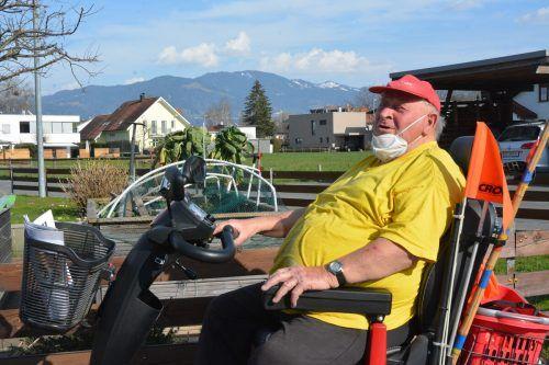 Kurt Krucher (81) erledigt alle Einkäufe mit seinem Elektromobil. Vor dem Virus schützt er sich mit der Maske und trifft sich nur mit den engsten Familienangehörigen.bvs (3)