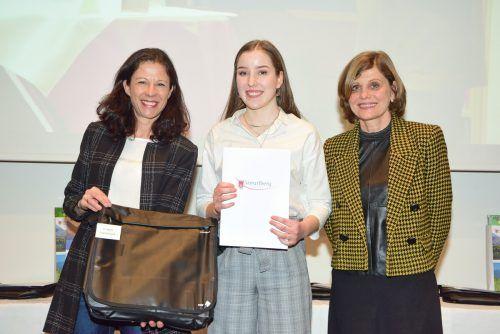 Landesstatthalterin Barbara Schöbi-Fink (r.) konnte Florentina Tschann (M.) nach 2019 und 2020 erneut zu ihrem Erfolg gratulieren.VLK