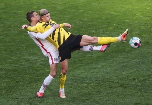 Legionär Stefan Ilsanker (l.) kümmerte sich gegen Dortmund vor allem um Torjäger Erling Haaland und sorgte damit unter anderem für den Auswärtssieg der Eintracht.AFP