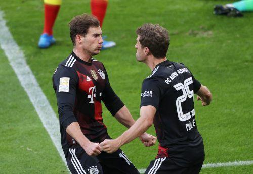 Leon Goretzka (l.) besorgte gegen Leipzig das 1:0 und somit praktisch den neunten Meistertitel in Folge für die Bayern. Das wurde natürlich dementsprechend gefeiert - hier mit Thomas Müller (r.).REUTERS