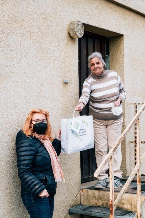 Liliane Dietrich freute sich über das Geschenk von Yvonne Böhler. Sarah mistura