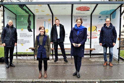 LR Marco Tittler, Autorin Sarah Rinderer, Lorenz Schmidt, Illustratorin Katharina Ralser und Bgm. Dieter Egger am ersten Schauplatz des Projekts in Hohenems. ritter