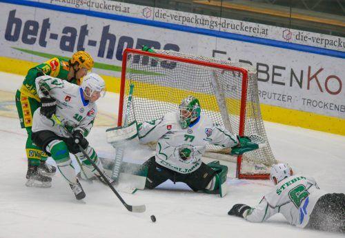 Lustenau-Stürmer Chris D'Alvise (l.) beschäftigt die Abwehr der Laibacher. Der EHC-Stürmer erzielte in fünf Play-off-Spielen sechs Treffer.Hartinger