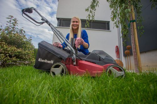 Mähen, gießen und düngen ist das Wichtigste bei der Rasenpflege. Das weiß auch Lilia aus Höchst.VN/Steurer