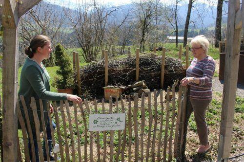 """Magdalena Metzler (l.) hofft, dass sie das Projekt """"Garten.gut.haben"""" bald wieder vielen Besuchern erläutern kann. stp/2"""