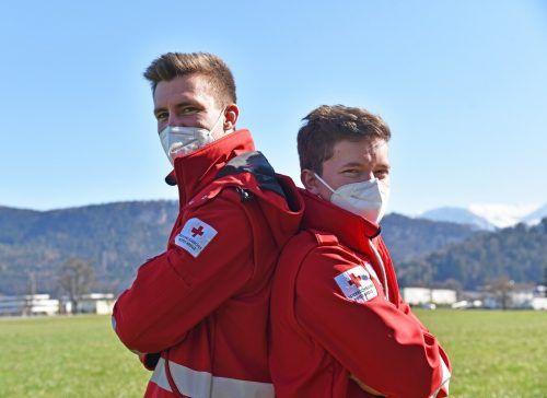 Marco Rambas (l.) und Dominic Bell stellen sich in den nächsten Monaten in den Dienst des Roten Kreuzes und somit ihrer Mitmenschen. VN