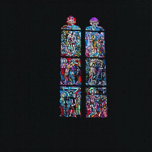 Martin Häusles Interpretation der Kreuzigung in einem Glasfenster des Doms.                               Helmut Klapper, Vorarlberger Landesbibliothek