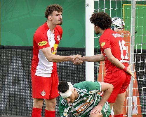 Mergim Berisha (l.) gratuliert Andre Ramalho zu seinem Treffer für RB Salzburg.apa