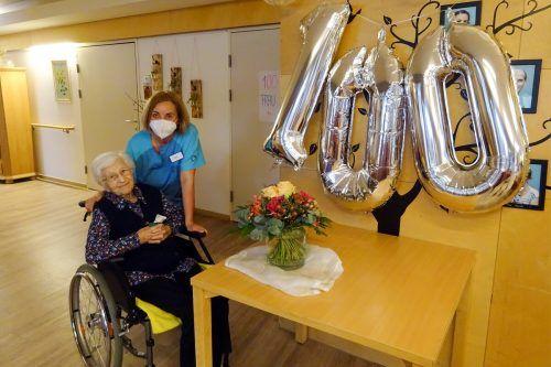 Mit Abstand und Maske, aber auch mit Kuchen, Blumen und Ballons wurde im SeneCura-Sozialzentrum gefeiert.SenecuRa