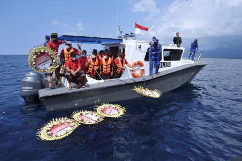 Mit Blumenkränzen wird den 53 Crewmitgliedern des indonesischen U-Boots gedacht, das vor der Küste Balis gesunken ist. antara foto/Reuters