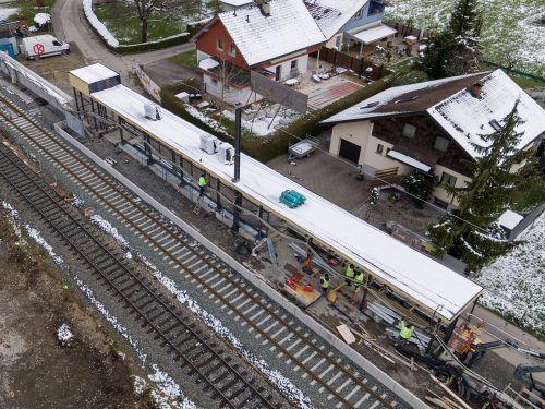 Mit dem sogenannten Schnellumbauzug wurden insgesamt 3364 Laufmeter Schienen und 2933 Schwellen komplett neu verlegt. ÖBB