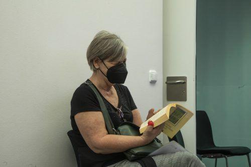 Mit Lesen vertreibt sich Silvia Gantschacher die Zeit nach dem Impfen.