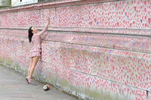 Mit zahlreichen Herzen wird an einer Mauer am Ufer der Themse in London an die Covid19-Todesopfer erinnert. AFP