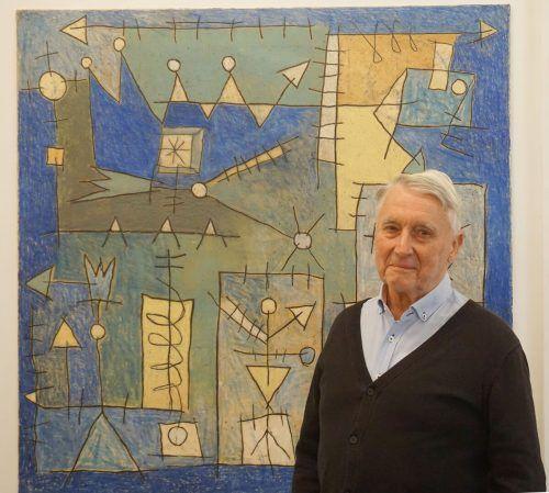 Museumsstifter Alwin Rohner vor einem Werk von Sergi Barnils.hapf