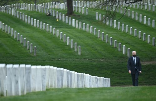 Nach Ankündigung des US-Abzugs aus Afghanistan: Präsident Joe Biden besuchte die Gräber von Soldaten auf demNationalfriedhof Arlington. AFP
