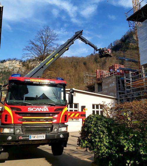 Nach der Erstversorgung musste der Verletzte zuerst mit der Drehleiter der Feuerwehr Götzis von der Unfallstelle geborgen werden. FW Hohenems