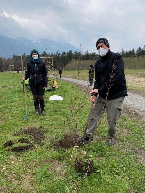 Nach einer Einführung von Landschaftsplanerin Simone König ging es für die 20 Teilnehmer raus in die Natur und ran ans Werk.Marlies Sperandio