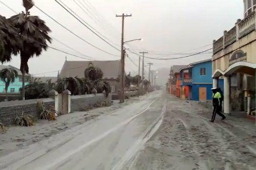 Nahe dem Berg im Norden der Inseln waren Straßen und Häuser mit einer dicken Ascheschicht bedeckt. Reuters