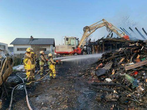 Neben dem Einfamilienhaus brannten drei Autos ab, ein weiteres Haus wurde im Eingangsbereich beschädigt. FW Gaißau