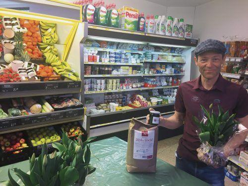 Neo-Lebensmittelhändler Helmut Hollenstein bietet auch spezielle Produkte an wie Dinkelmehl vom Martinshof und frische Blumen vom einem Gärtner. kum