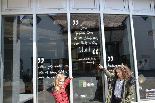 Neyla Raidel und Sinem Keser hatten viel Spaß beim Verfassen ihres Textes für die #fensterpoesie in Lustenau.vv