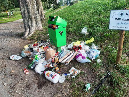 Nicht selten wird sogar Hausmüll illegal bei öffentlichen Abfalleimern entsorgt.