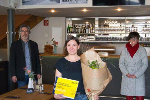 Oswald Wachter (Bezirkspolizeikommando Bludenz) und Polizeisprecherin Susanne Dilp bei der Übergabe des Preises an Sandra Martin.VN/JS