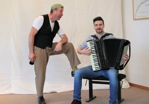 Pantomime Thiemo Dalpra mit Denaj Krilic am Akkordeon.