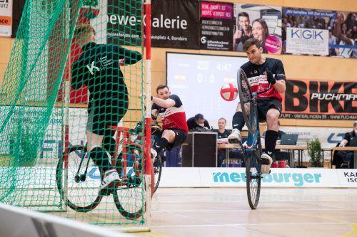 Patrick Schnetzer bringt den Ball perfekt zur Mitte und Angriffsspieler Stefan Feurstein vollendet volley mit dem Vorderrad.VN/Sams