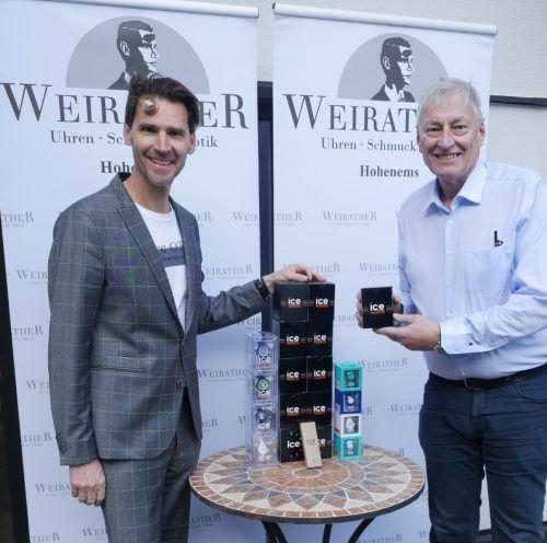 Paul Mathis (links) übergibt die Uhren an Dr. Christoph Hackspiel.Weirather