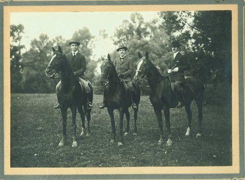 Paul und Arnold Rosenthal (Mitte) mit ihrem Reitlehrer im Wiener Prater, 1912.