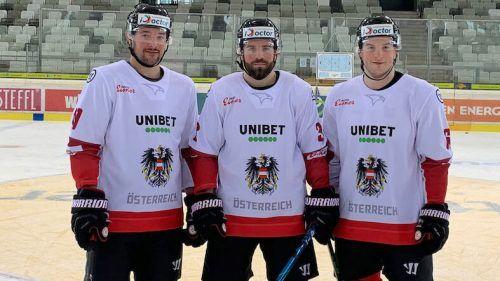 Peter Schneider (Mitte) führt das Eishockey-Nationalteam als Kapitän auf das Feld, seine Vorarlberger Vertreter sind Patrick Spannring (l.) und Dominic Zwerger. ÖEHV