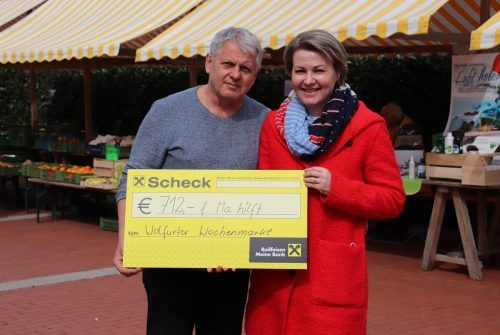 """Petra und Michael Fröwis organisierten gemeinsam mit den Marktfahrern eine Tombola zugunsten der VN-Sozialaktion """"Ma hilft"""".NAM"""