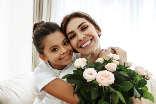 Pfirsichfarbene Rosen signalisieren Dankbarkeit, Glück und Wärme. Shutterstock