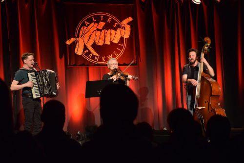 Philipp Linng, Evelyn Fink und Matthias Härtel brachten bekannte Vorarlberger Melodien und internationale Coversongs mit. Egle