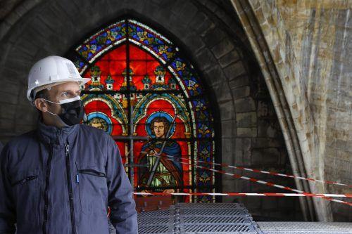 Präsident Macron besuchte die Baustelle der schwer beschädigten Kathedrale. AP