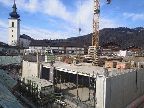 Rege Bautätigkeit beim neuen Schulhaus für Mittelschule und Polytechnische Schule im Hittisauer Ortszentrum. me