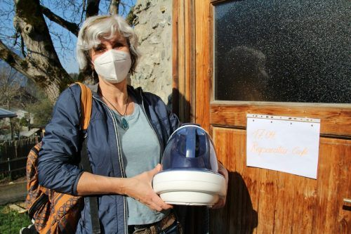 Renate Fischer nutzt das Service des Reparatur-Cafés – denn besser als wegwerfen ist das Instandsetzen der Gebrauchsgegenstände.Heilmann