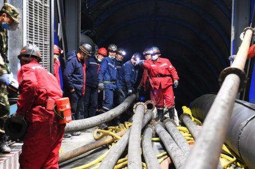 Rettungskräfte versuchen, das Wasser aus den Schächten zu pumpen. RTS