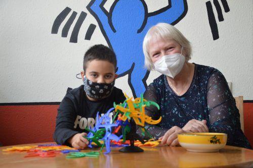 Rosa Deutscher und Dohugan sind ein Herz und eine Seele. Sie kommen nicht nur beim Reden, sondern auch beim Spielen und Lernen zusammen.caritas