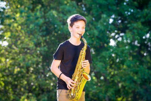 Samuel Lechner beweist großes Talent beim Saxofonspielen.Musikschule